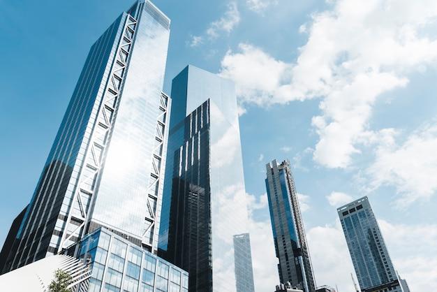 Edificios de ángulo bajo en un día soleado