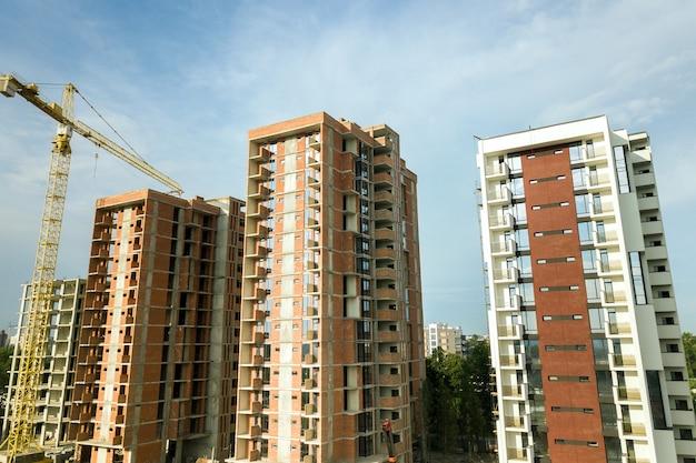 Edificios de apartamentos residenciales de gran altura y grúa torre en desarrollo