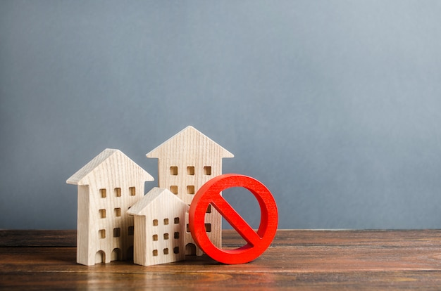 Edificios de apartamentos y símbolo de prohibición rojo no. vivienda no disponible y costosa