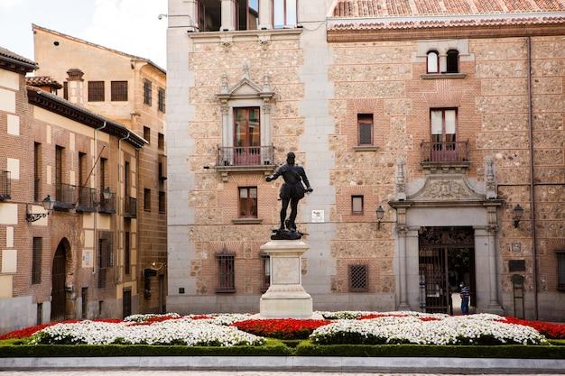 Edificios de arquitectura antigua en el centro de la ciudad de madrid