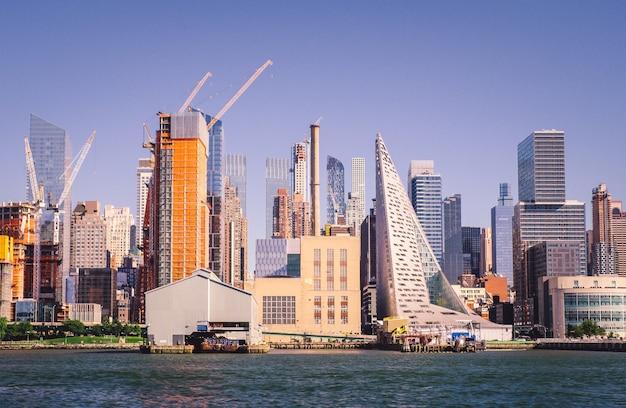 Edificios de arquitectura moderna a la orilla del mar con un cielo azul claro en el
