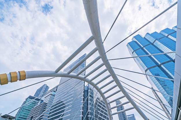 Los edificios y la arquitectura del skywalk en el cielo se nublan - el cuadrado céntrico de bangkok.