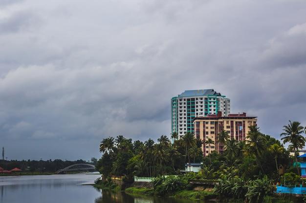Edificios en el borde de un río