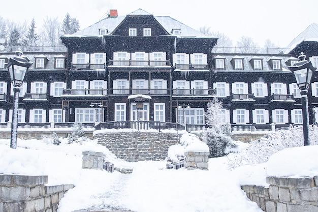 Edificios en la ciudad balneario, destinados al descanso, en invierno. bienestar, hotel, relax