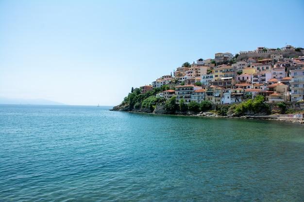 Edificios de la ciudad de kavala, grecia rodeada por el agua