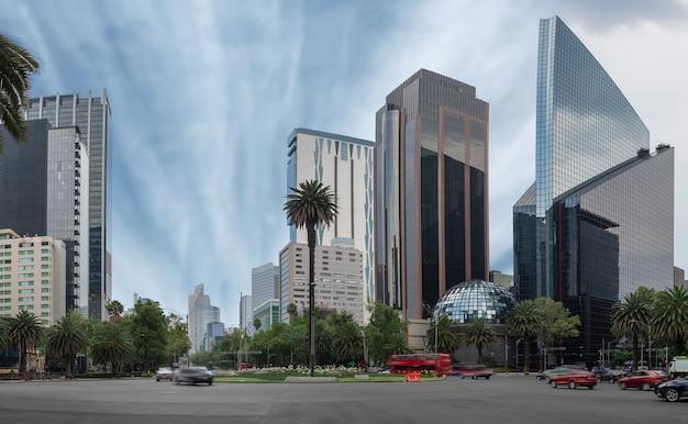 Edificios de la ciudad de méxico en la avenida reforma estando en la glorieta de la palma