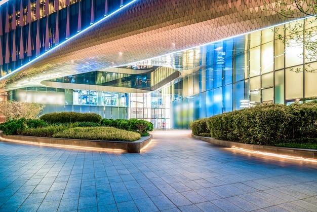 Edificios de la ciudad de shanghai en la noche y luces de coche borrosas