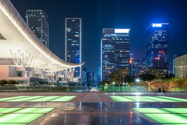Edificios de la ciudad de shenzhen en la noche y luces de coche borrosas