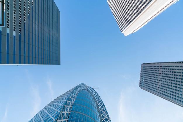 Edificios de gran altura y cielo azul - shinjuku, tokio