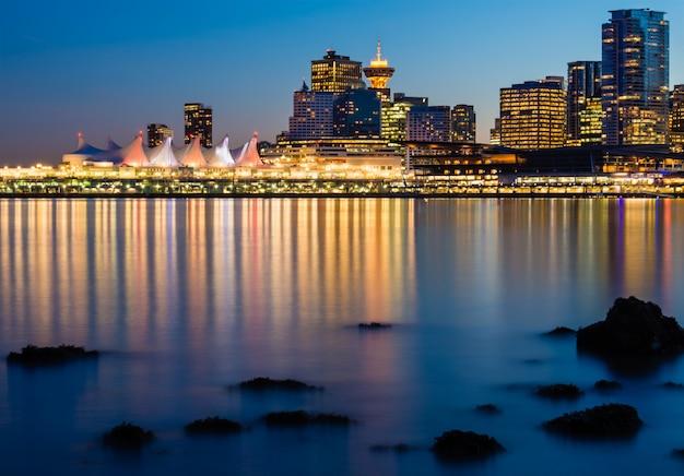 Edificios de gran altura iluminados cerca del cuerpo de agua