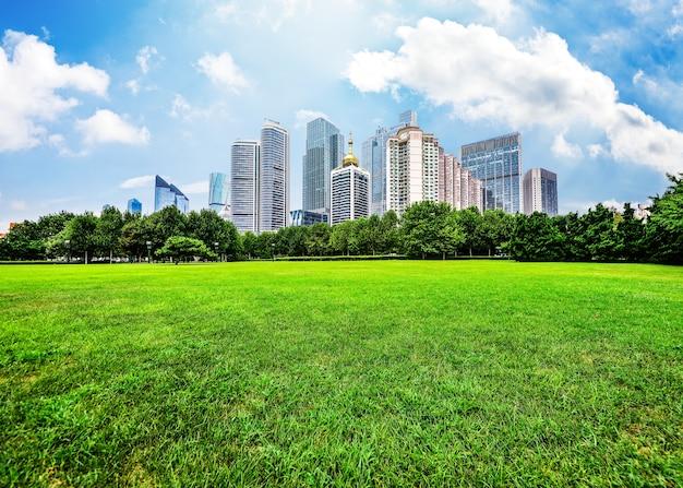 Edificios grandes vistos desde el campo
