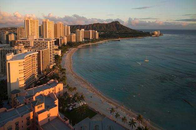 Edificios a lo largo de la playa, waikiki, honolulu, oahu, hawaii, estados unidos