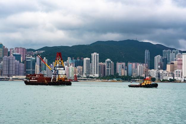 Edificios modernos y barcos en hong kong