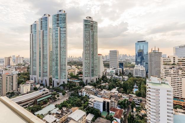 Edificios modernos y bienes raíces en la noche en bangkok