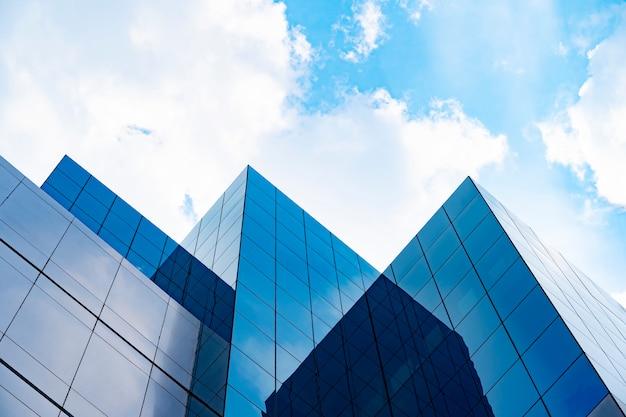 Edificios modernos con cielo azul y nubes en un día soleado