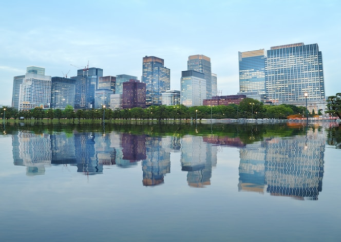 Edificios modernos con reflejo de agua