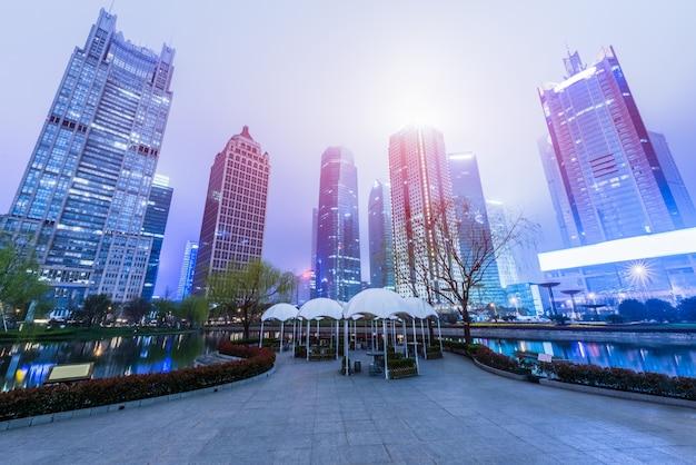 Edificios modernos contra el cielo