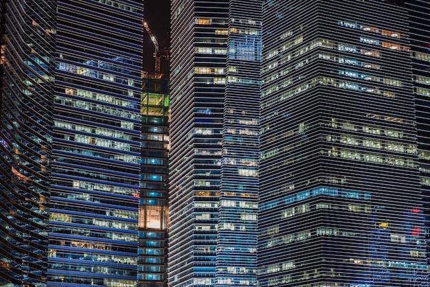 Edificios modernos del paisaje del horizonte de singapur en el distrito financiero en la noche.
