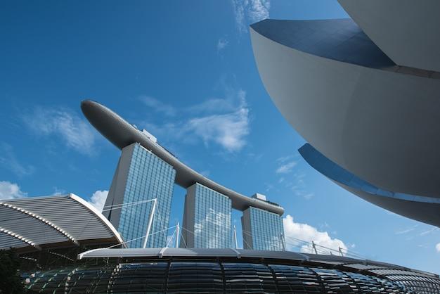Edificios modernos del paisaje del horizonte de singapur en el distrito financiero