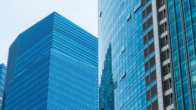 Edificios modernos de la pared de cristal azul del modelo exterior.