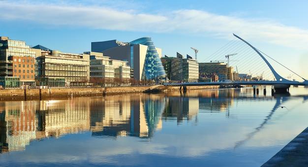 Edificios modernos en el río liffey en dublín y el puente harp