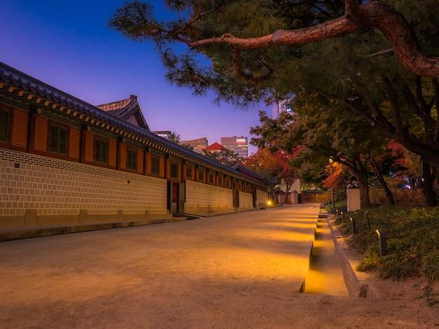 Edificios nacionales asiáticos con bosque en crepúsculo