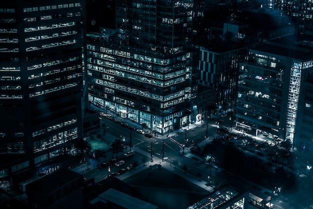 Edificios nocturnos con luces y automóviles en la noche en montreal
