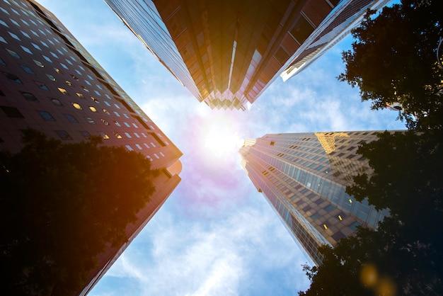 Edificios o distrito de negocios con luz solar.