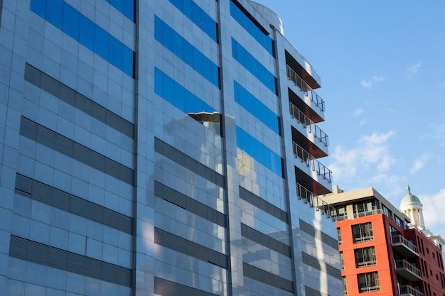 Edificios de oficinas con arquitectura moderna