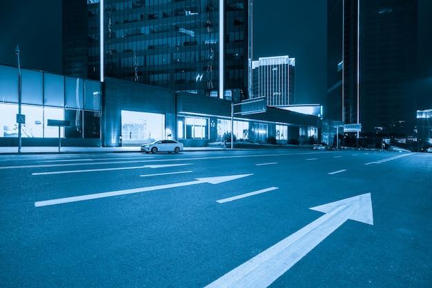 Edificios de oficinas y carreteras por la noche en el centro financiero, chongqing, china.