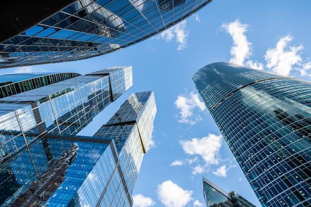 Los edificios de oficinas de la ciudad se elevan