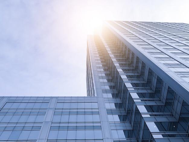 Los edificios de oficinas se extienden hasta el cielo con la luz del sol.