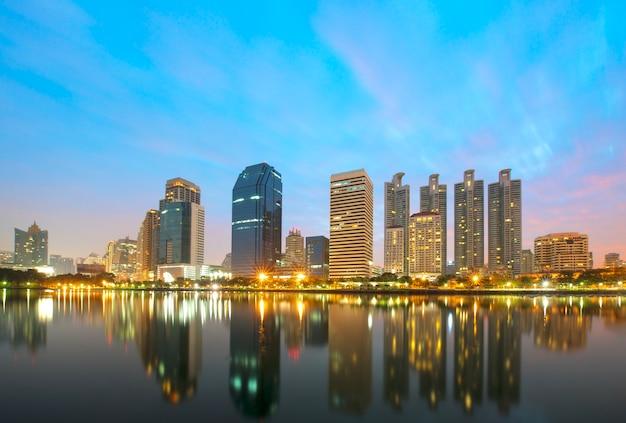 Edificios de oficinas modernos de bangkok