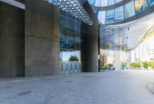 Edificios con piso cuadrado de concreto vacío, ciudad nueva de qianjiang, hangzhou, china