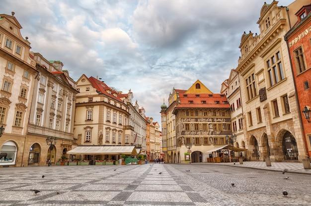 Edificios en la plaza del casco antiguo staromestska namesti en praga durante el amanecer, república checa