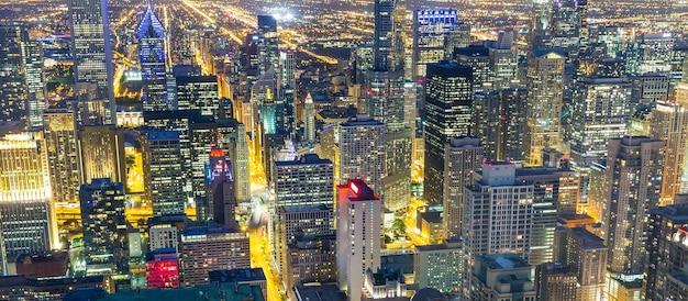 Edificios de rascacielos iluminados, vista nocturna