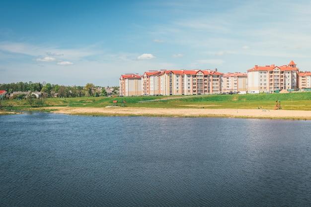 Edificios residenciales con balcones en la ciudad, desarrollo urbano de casas de apartamentos. ostrovets, bielorrusia