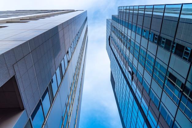 Edificios residenciales de gran altura y luz solar que brilla.