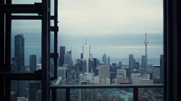 Edificios y torre alta
