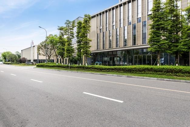 Edificios urbanos modernos y autopistas en el centro de negocios