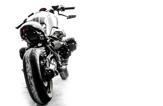 Editar el tono de color del motor muy bonito y potente de la motocicleta de estilo neoclásico
