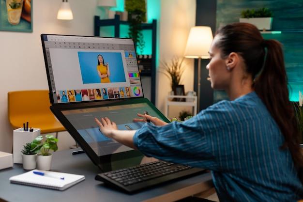 Editor de estudio haciendo trabajo de retocador en pantalla táctil