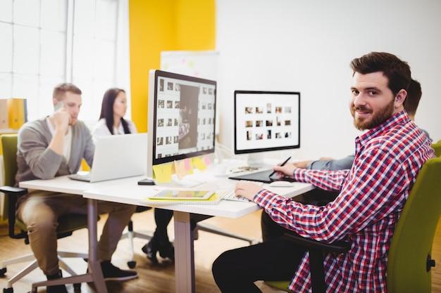 Editor feliz trabajando en la oficina creativa