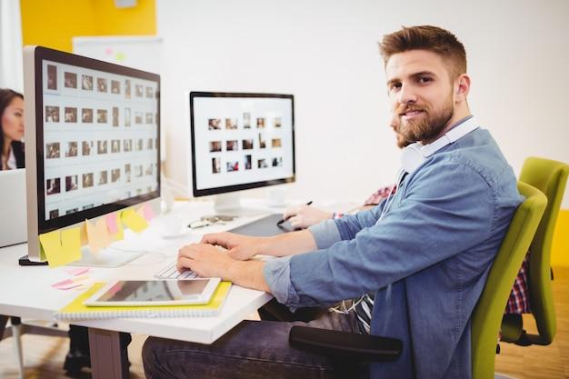 Editor seguro trabajando en oficina creativa