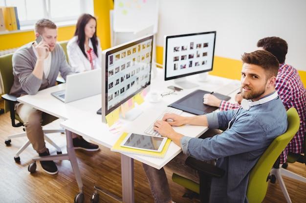 Editor trabajando con colegas en la oficina creativa