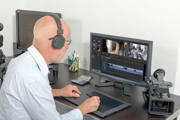 Editor de video en su estudio