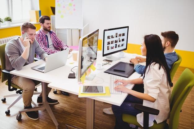 Editores de fotos trabajando en la oficina creativa