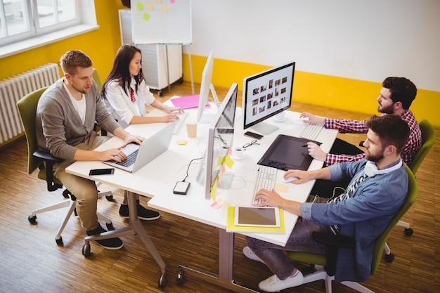 Editores que trabajan en la oficina creativa
