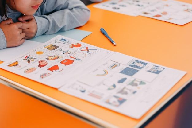 Educación de los alumnos jugar a las cartas con imágenes en inglés y números.