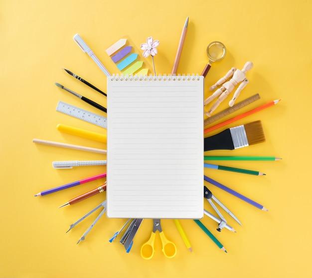 Educación, concepto de regreso a la escuela con espacio de copia